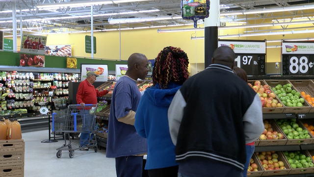 Shoppers receive healthy food tips