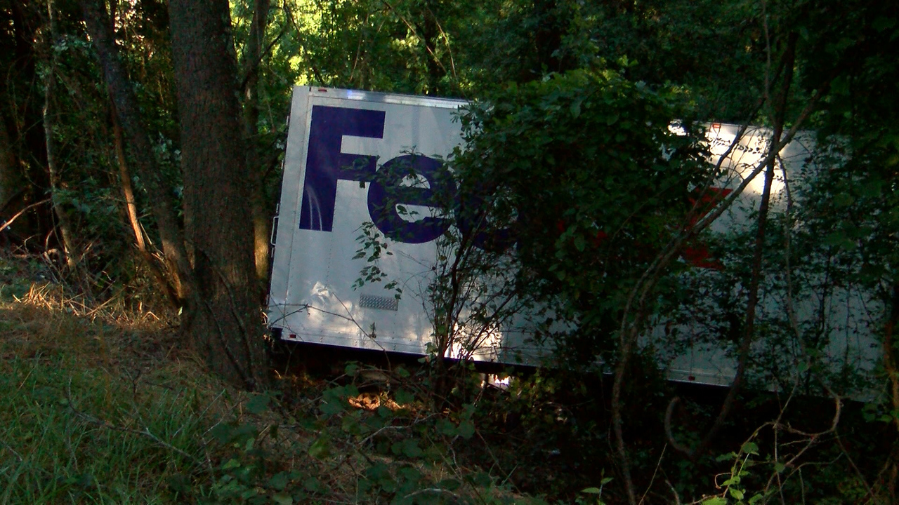 Morning accident sends Fedex truck into woods - ARKLATEXHOMEPAGE